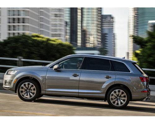 2017-Audi-Q7-side