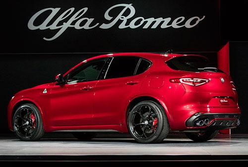 2018-Alfa-Romeo--Stelvio-side